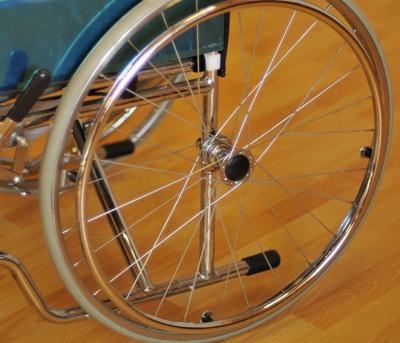 Инвалидная коляска - кресло кресло FS681 со стальной рамой.
